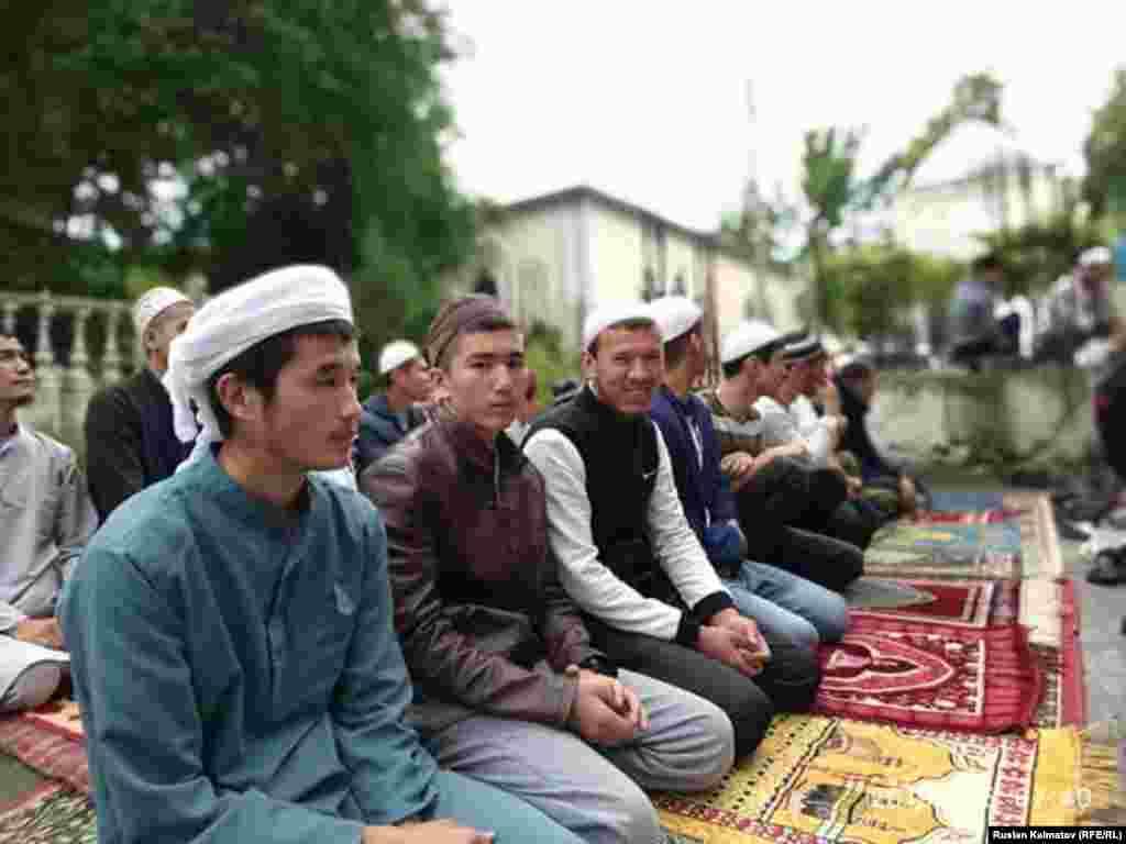Кыргызстанның Джалал-Абад шәһәрендә мөселман яшьләр
