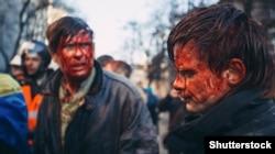 Отец и сын, получившие ранения во время столкновений.