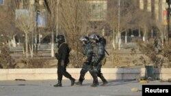 Войска МВД патрулируют Жанаозен. 19 декабря 2011 года.