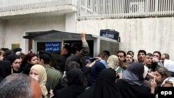 لاجئون عراقيون أمام مكتب الأمم المتحدة بدمشق