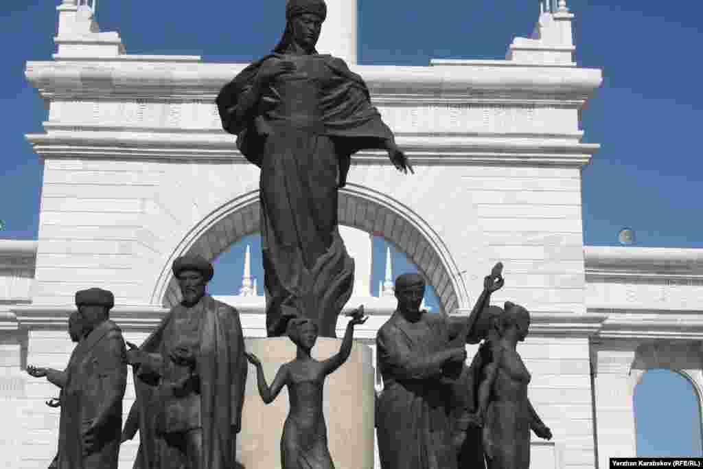Скульптурная группа архитектурно-скульптурного комплекса «Казах ели» состоит из 11 бронзовых статуй и центральной фигуры высотой пять с половиной метра. Астана, 4 июня 2015 года.