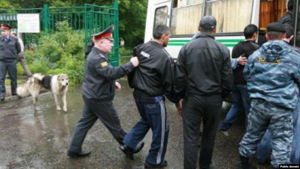 В Санкт-Петербурге таджикских мигрантов оштрафовали за