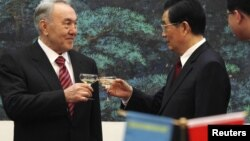 Kazakhstan - Kazakhstan's President Nursultan Nazarbayev (L) makes a toast with his Chinese counterpart Hu Jintao during a signing ceremony at the Great Hall of the People in Beijing, 22Feb2011