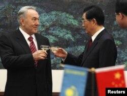 Қазақстан президенті Нұрсұлтан Назарбаев (сол жақта) Қытай басшысы Ху Цзиньтаоға тост көтеріп, тілек айтып тұр. Пекин, 22 ақпан 2011 жыл.