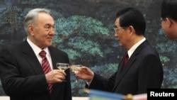 Қозоғистон президенти Н.Назарбоев (ч) ва Хитой раҳбари Ху Цзинтао, Пекин, 22 феврал 2011 йил.