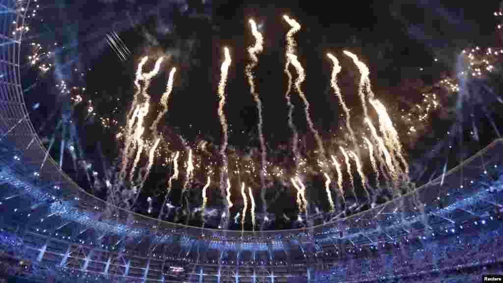 Фейерверк по случаю открытия Европейских игр на Олимпийском стадионе в Баку.