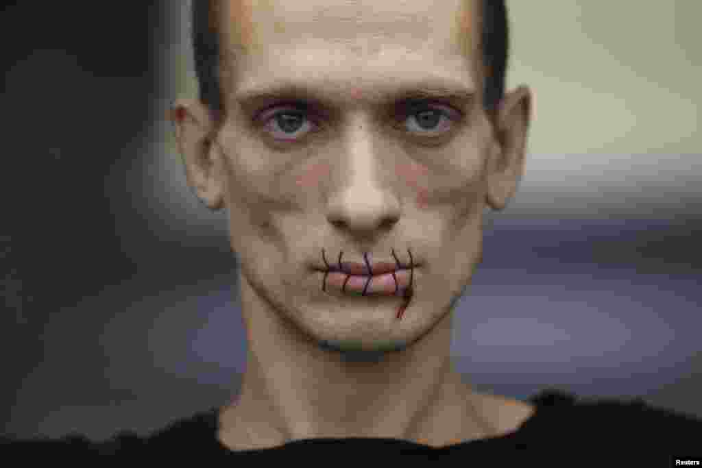 "Pavlensky, protesting against the arrest of members of Pussy Riot in 2012. Both journalists speak highly of the artist. Beroyeva: ""Even with his mouth sewn shut, he can say something the whole world hears."""