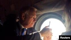 Jean-Marc Ayrault helikopterdən Donetskiyə baxır, 15 sentyabr 2016