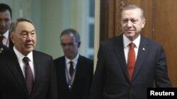 Президент Казахстана Нурсултан Назарбаев и президент Турции Реджеп Тайип Эрдоган (справа). Астана, 16 апреля 2015 года.