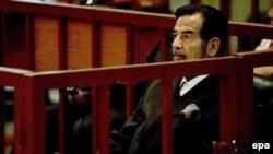 Sadam Huseini në gjykatë...