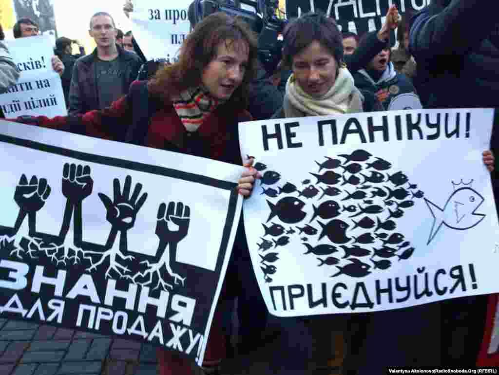 Організатори Всеукраїнської акції протесту зазначають, що в демонстраціях не братимуть участі політичні партії. «Якщо якась із партій з'явиться на акції, ми розцінюватимемо це як відверту провокацію», – наголошують вони. Київ, 12 жовтня