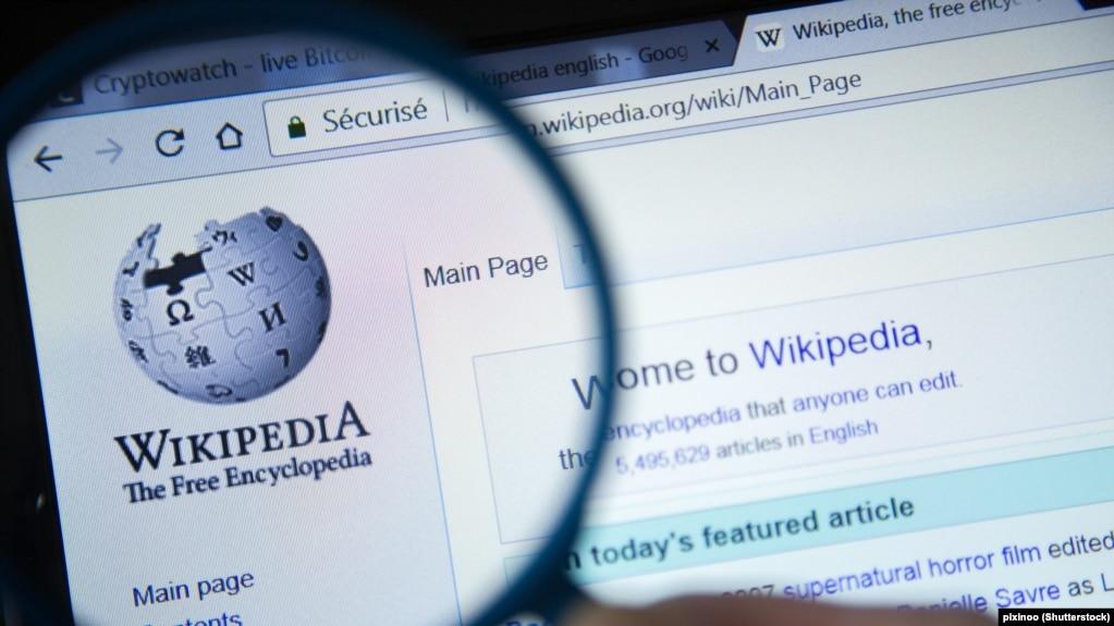 «ویکیپدیا» دانشنامه اینترنتی است که با مشارکت کاربران نوشته میشود.