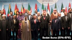 رهبران کشورهای مسلمان در نشست استانبول؛ حسن روحانی (سمت چپ)