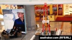 "Aşgabatda açylan «Türkmenistanyň nebiti we gazy - 2010» atly 15-nji halkara sergisinde ""Nabukko"" proýektiniň paýdary ""RWE AG"" kompaniýasynyň burçy, 17-nji noýabr."