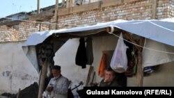 """""""Oraliq"""" uylar qurilishi bitishini kutayotgan o'shlik o'zbeklarning aksari qo'lbola chodirlar ostida kun kechirmoqda."""