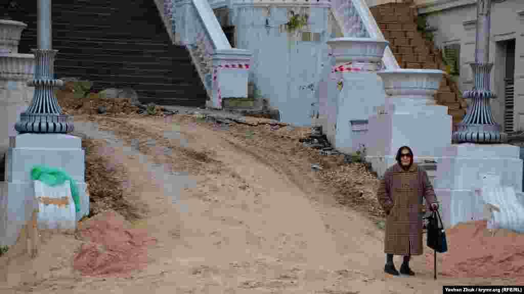Из-за ремонта на некоторых участках Большой Морской севастопольцам приходится ходить по грязи