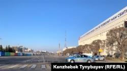 Автомобили полиции на перекрытой площади Республики. Алматы, 1 марта 2020 года.