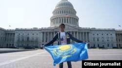 Капитолий алдында ту ұстап тұрған студент. Вашингтон. Көрнекі сурет.