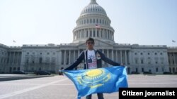 Казахстанский студент с казахстанским флагом перед зданием Капитолия в Вашингтоне. Иллюстративное фото.