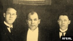 Кәрим Хәкимов (уртада)