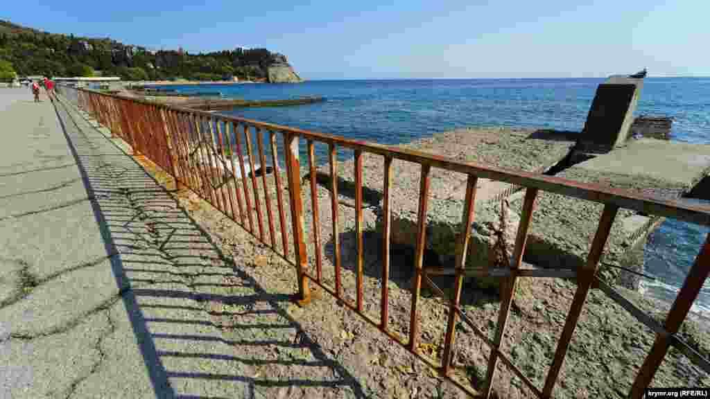 Майже до самого селища Утес прохід до пляжів закритий рудою від іржі огорожею. Там море майже повністю «з'їло» кілька пляжів