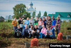 Девушки из Новосибирска на монастырском огороде
