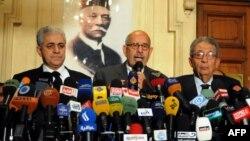 Египетский оппозиционный лидер и лауреат Нобелевской премии мира Мохаммед эль-Барадеи (в центре). Каир, 28 января 2013 года.