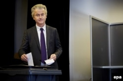 Лидер правых популистов в Нидерландах Герт Вилдерс голосует на референдуме 6 апреля. Вилдерс известен своими симпатиями к Владимиру Путину