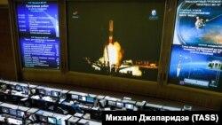 Сотрудники Центра управления полетами (ЦУП) Роскосмоса во время трансляции запуска ракеты