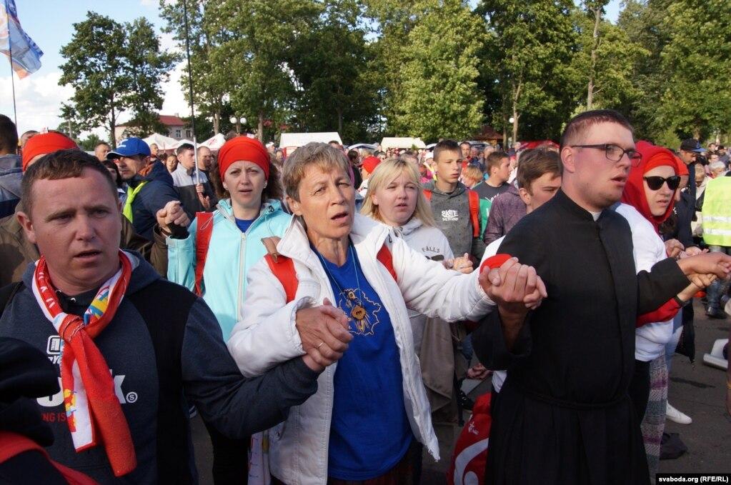"""Верующие читают молитву """"Отче наш"""", держась за руки, - это паломнического традиция"""
