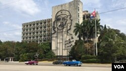 Umjetnička instalacija sa likom Če Gevare u Havani, Kuba