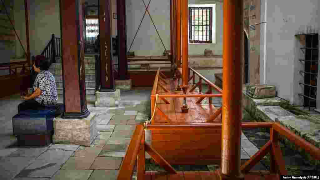 Усередині основного корпусу теж здійснюються роботи з «реконструкції»