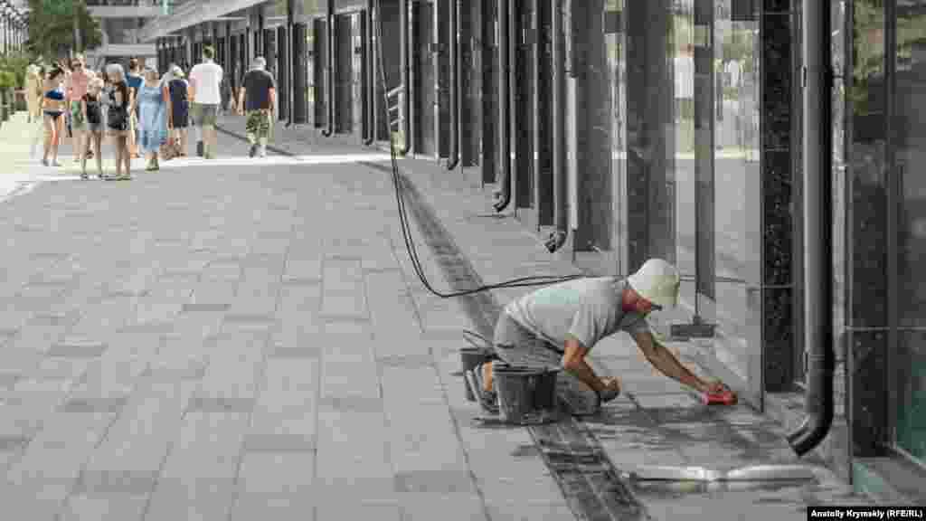 На верхнем ярусе набережной завершают отделочные работы