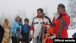 Ukrayna prezidenti Viktor Yuşşenko (sağda) həmkarı Mixeil Saakaşvili ilə Karpat dağlarında ailəvi istirahət zamanı, 5 yanvar 2005