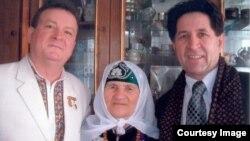 Фотография из архива Валери Тургая: справа Киям Пахалов и его мама