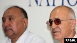 Слева направо: Маратбек Джетпысбаев и Маратжан Юнусбаев, отцы осужденных офицеров КНБ. Алматы, 1 июня 2010 года.
