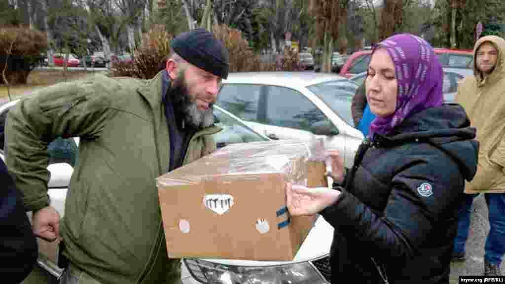 У коробці привезли великий торт для Еміля Курбедінова