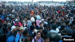 Հունգարիայից Ավստրիա անցած փախստականները ավտոբուսի են սպասում, Նիկելսդորֆ,10-ը սեպտեմբերի, 2015թ․