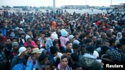 Imigranţi şi refugiaţi la graniţa Ungariei, în aşteptarea autobuzului spre Austria, 10 septembrie 2015