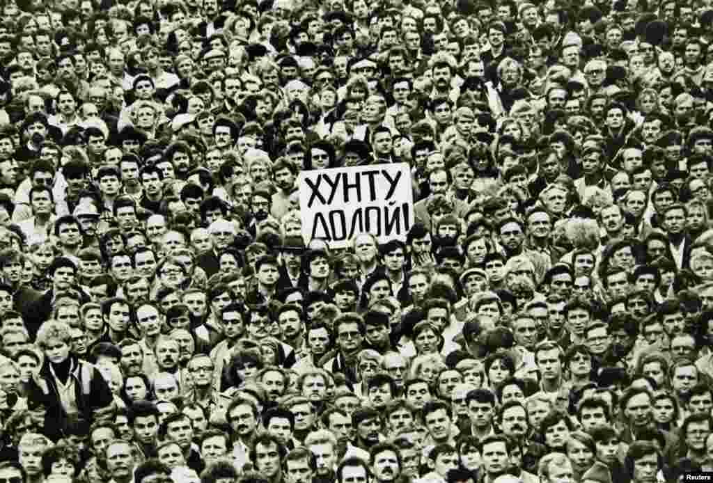 Жителі Ленінграда (нині – Санкт-Петербург) вийшли на вулиці, протестуючи проти ДКНС. 19 серпня 1991 року