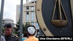 Акции в поддержку арестованных участниц панк-группы не прекращаются