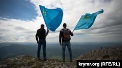 Крымско-татарская молодежь на восхождении на гору Чатыр-Даг, приуроченном к годовщине депортации.