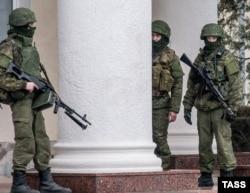 """Вооруженные российские военные (""""зеленые человечки"""") в Симферополе, февраль 2014 года"""