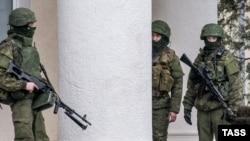 Озброєні люди біля аеропорту Сімфеополя