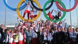 Путин позирует с российскими участниками Олимпийских игр – 2014 в Сочи
