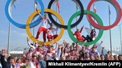 Архива - Рускиот претседател Владимир Путин со руските олимпијци на Олимпијадата во Сочи 2014 година.