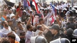 Экс-президент Хосни Мүбәраққа қарсы шеруге шыққандар полиция күштерімен бетпе-бет тұр. Каир, Египет, 5 қыркүйек 2011 жыл.