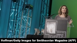 پردیس ثابتی به هنگام دریافت نخستین جایزه سالانه «نبوغ آمریکایی» مجله اسمیتسونین در سال ۲۰۱۲