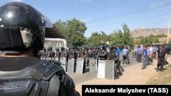 Сотрудники милиции и ОМОНа в селе Кой-Таш, недалеко от резиденции экс-президента Кыргызстана Алмазбека Атамбаева, 8 августа 2019 года.