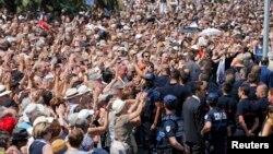 Turma e njerëzve duke duartrokitur pas momentit të heshtjes sot në Nicë në nderim të viktimave të sulmit me kamion